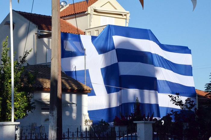 Κάλυψε ολόκληρο το σπίτι του με ελληνική σημαία 140 τετραγωνικών - φωτό - εικόνα 4