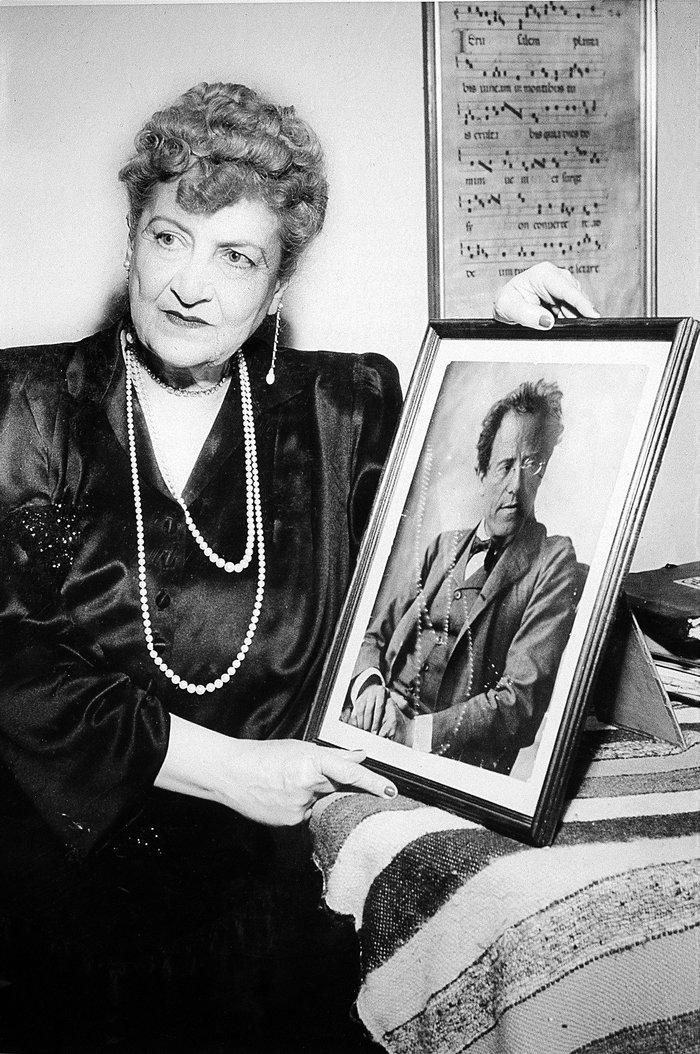 Η Αλμα Μάλερ κρατώντας πορτρέτο του Γκούσταβ Μάλερ