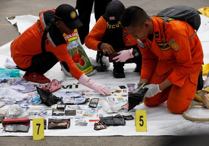 Αεροπορική τραγωδία στην Ινδονησία: Αναζητούν τα μαύρα κουτιά του Boeing - εικόνα 10