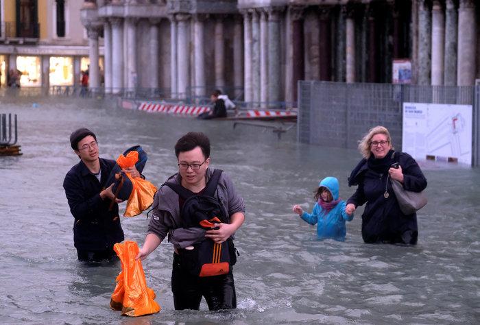 Πελάτες στα πλημμυρισμένα εστιατόρια της Βενετίας - εικόνα 2