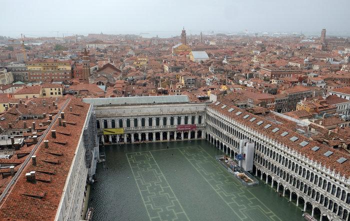 Πελάτες στα πλημμυρισμένα εστιατόρια της Βενετίας