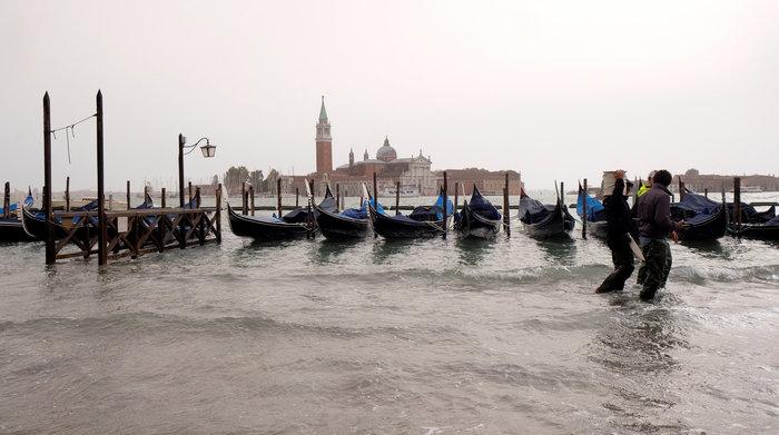 Πελάτες στα πλημμυρισμένα εστιατόρια της Βενετίας - εικόνα 5