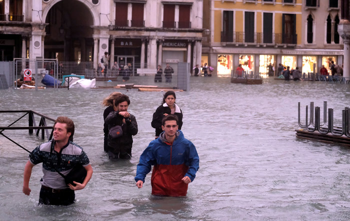 Πελάτες στα πλημμυρισμένα εστιατόρια της Βενετίας - εικόνα 4