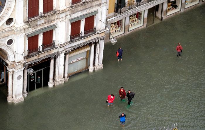 Πελάτες στα πλημμυρισμένα εστιατόρια της Βενετίας - εικόνα 3