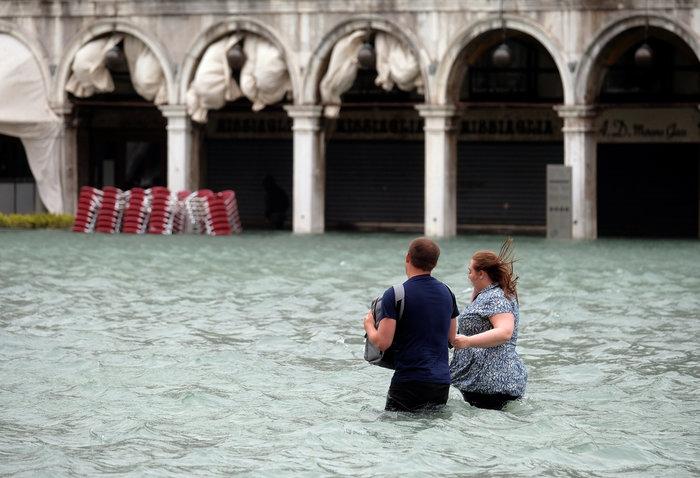 Πελάτες στα πλημμυρισμένα εστιατόρια της Βενετίας - εικόνα 6