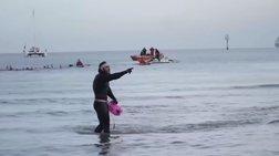 Έκανε το γύρο της Μεγάλης Βρετανίας κολυμπώντας (βίντεο)