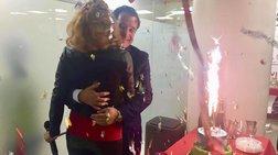 Η δίχρωμη τούρτα του Άδωνι και η αγκαλιά με την Μανωλίδου