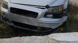 Ανήλικοι πήραν κρυφά αυτοκίνητο και έπεσαν σε δημοτικό σχολείο