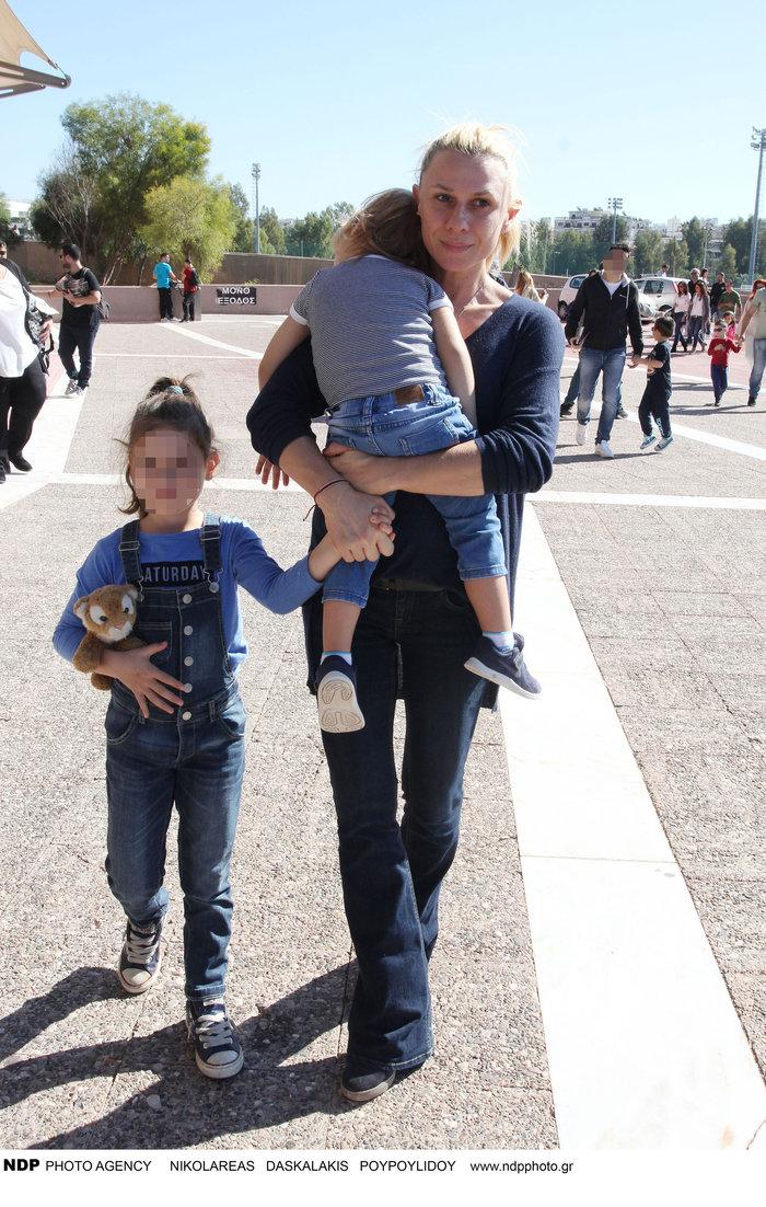 Κατερίνα Καραβάτου: Βόλτα με τα παιδιά της - πόσο έχουν μεγαλώσει [φωτο]
