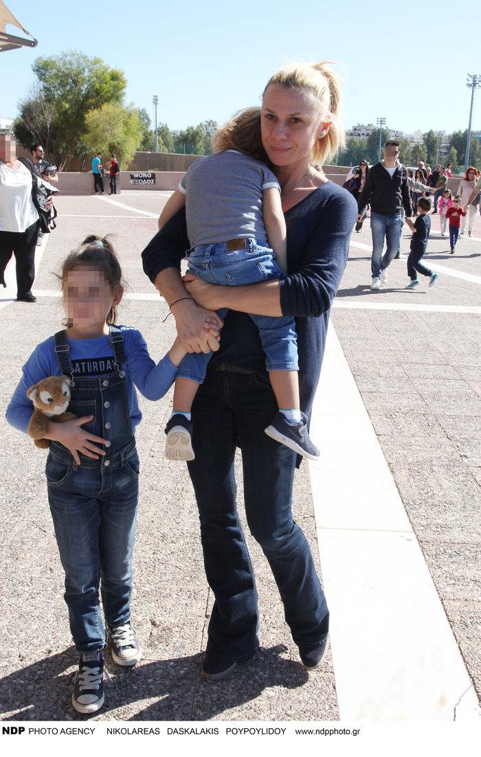 Κατερίνα Καραβάτου: Βόλτα με τα παιδιά της - πόσο έχουν μεγαλώσει [φωτο] - εικόνα 2