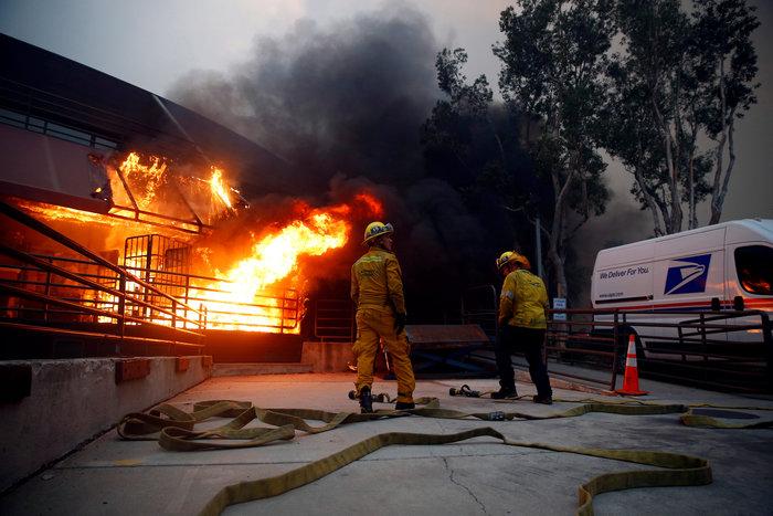 Πυρκαγιές στην Καλιφόρνια: Τουλάχιστον 25 νεκροί, απειλείται το Μαλιμπού - εικόνα 2