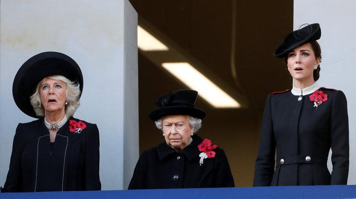 Στο βασιλικό μπαλκόνι: Οι λαμπερές Κέιτ & Μέγκαν & η μουτρωμένη βασίλισσα