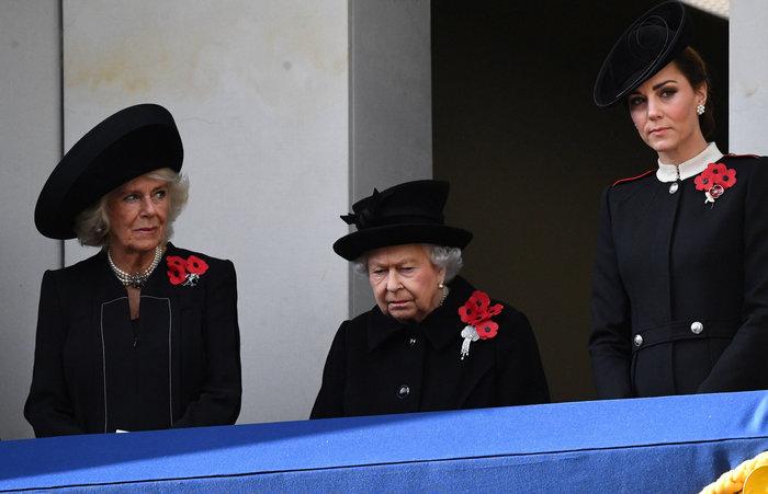 Στο βασιλικό μπαλκόνι: Οι λαμπερές Κέιτ & Μέγκαν & η μουτρωμένη βασίλισσα - εικόνα 6