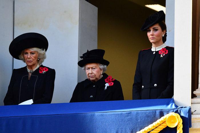 Στο βασιλικό μπαλκόνι: Οι λαμπερές Κέιτ & Μέγκαν & η μουτρωμένη βασίλισσα - εικόνα 7
