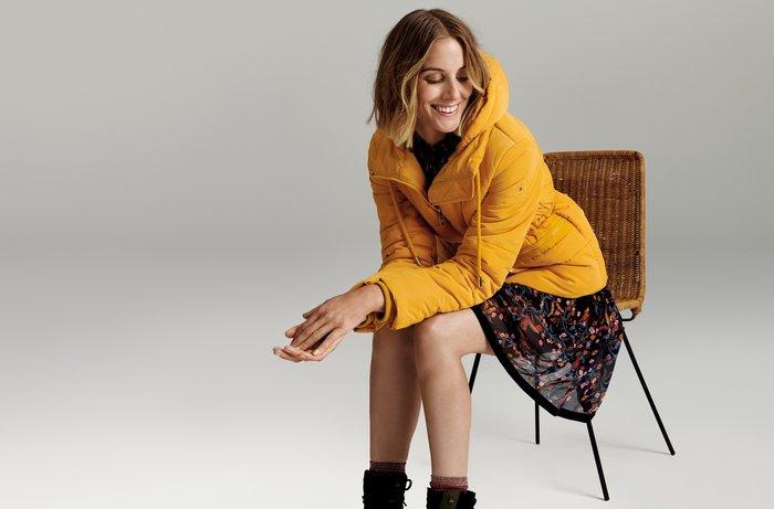 Αυτό το κατακίτρινο μπουφάν είναι η επιτομή της γυναικείας μόδας - εικόνα 4