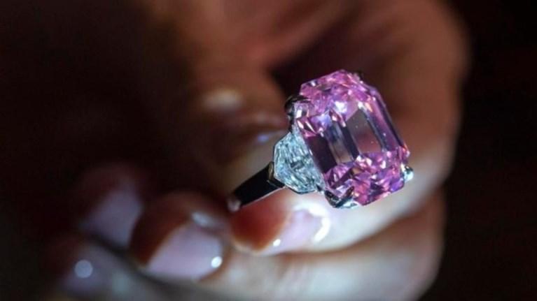 pink-legacy-poulithike-se-timi-rekor-443-ekat-eurw