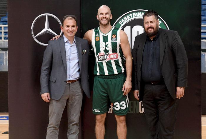 Από αριστερά: Νικόλαος Πρέζας, Γενικός Διευθυντής Επιβατηγών Αυτοκινήτων Mercedes-Benz, Ν. Καλάθης (Αρχηγός του Παναθηναϊκού ΟΠΑΠ) και Αριστείδης Χριστόπουλος, Εμπορικός Διευθυντής ΚΑΕ Παναθηναϊκός ΟΠΑΠ
