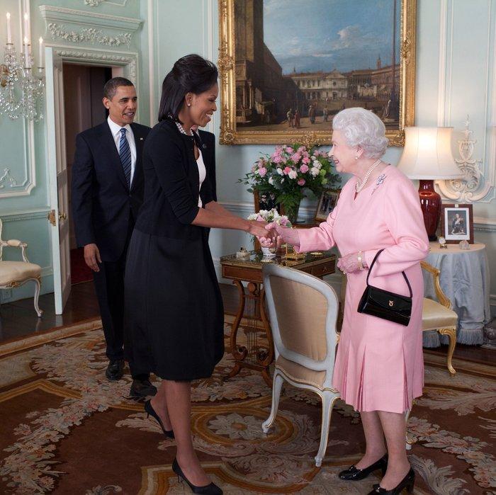 Η βασίλισσα την... είπε στη Μισέλ Ομπάμα: Το «καρφί» για τις γόβες της