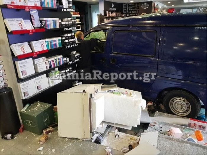 Αυτοκίνητο «μπούκαρε» σε φαρμακείο στη Λαμία (φωτό & βίντεο) - εικόνα 3