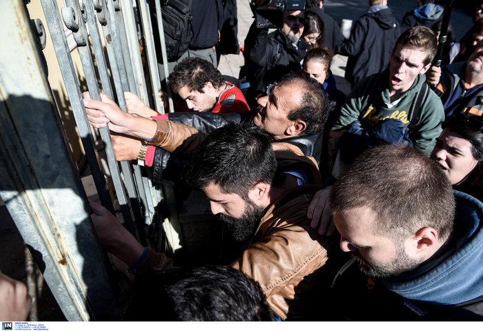 Ένταση στη Θεσσαλονίκη: Φοιτητές προσπάθησαν να μπουν στο ΥΜΑΘ-Βίντεο