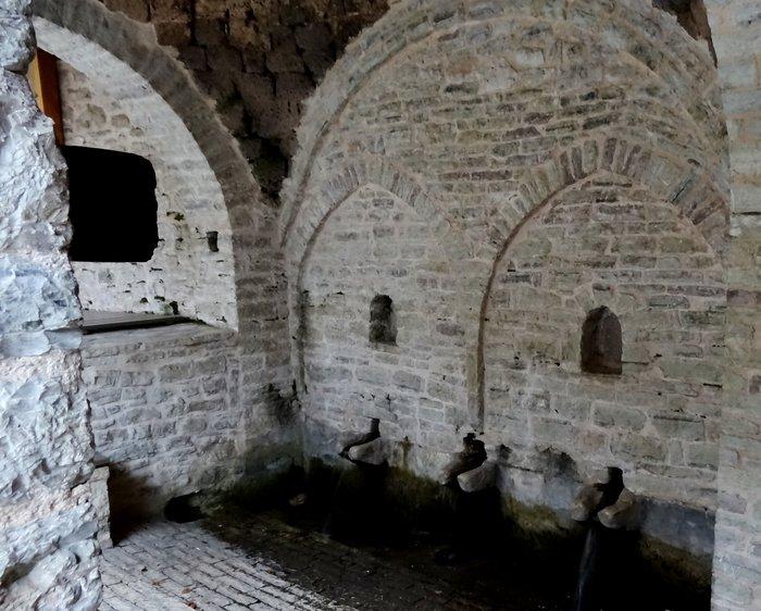 Η Γκούρα με τους τρεις μαρμάρινους κρουνούς κατασκευάστηκε το 1424. Πως το ξέρουμε; Την έχει χρονολογήσει το ΕΚΕΦΕ Δημόκριτος!