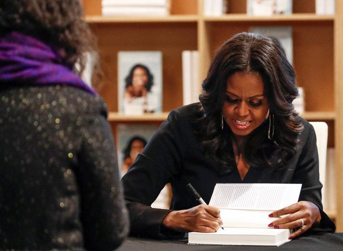 Φρενίτιδα και ρεκόρ πωλήσεων για το βιβλίο της Μισέλ Ομπάμα