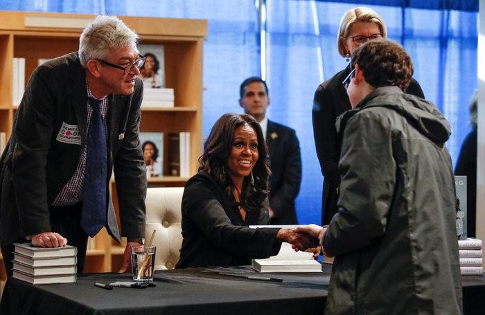 Φρενίτιδα και ρεκόρ πωλήσεων για το βιβλίο της Μισέλ Ομπάμα - εικόνα 2