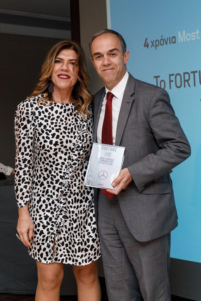 Ο Ι. Καλλίγερος, Πρόεδρος & Διευθύνων Σύμβουλος Mercedes-Benz Ελλάς, παραλαμβάνει το βραβείο από την Αναστασία Παρετζόγλου, Fortune Brand Manager