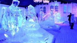 Τεράστια γλυπτά από πάγο παίρνουν ζωή με τη βοήθεια του φωτός