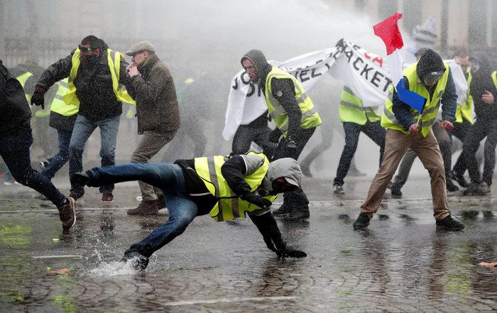 «Κίτρινα γιλέκα» κατά Μακρόν - Πεδίο μάχης το Παρίσι - εικόνα 6