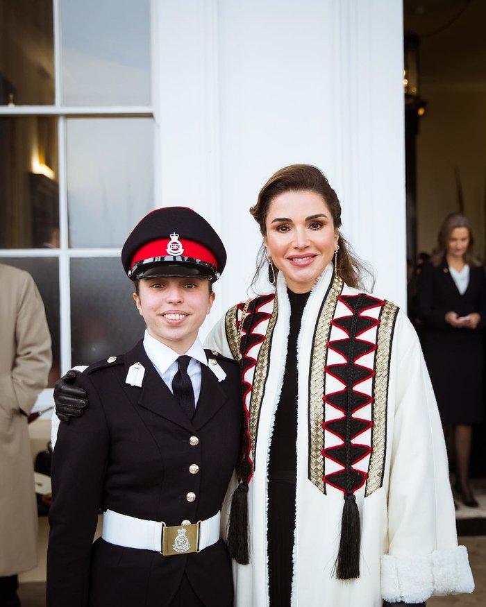 Η περήφανη βασίλισσα Ράνια έχει κόρη... στρατιωτικό και με πτυχίο - εικόνα 4