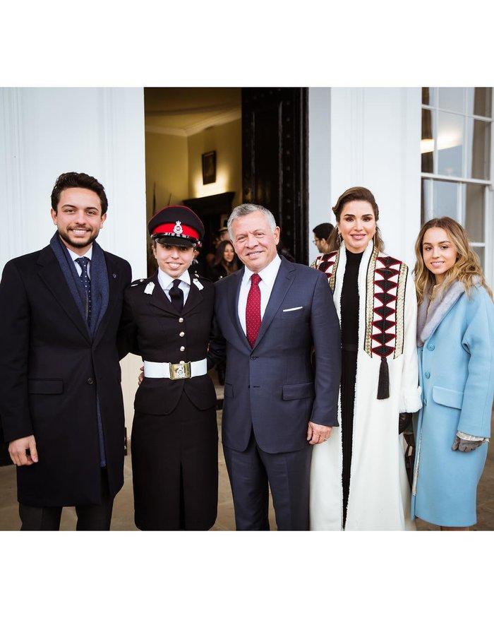 Η περήφανη βασίλισσα Ράνια έχει κόρη... στρατιωτικό και με πτυχίο - εικόνα 5