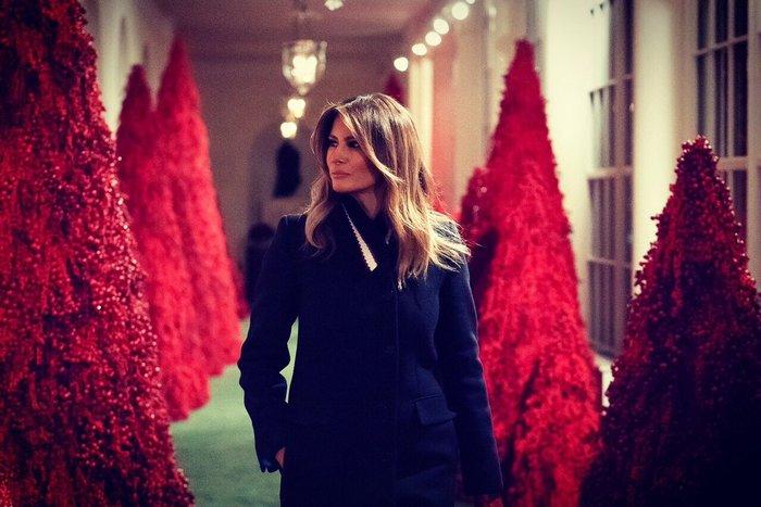 Παραμυθένιες εικόνες: Η Μελάνια μάς ξεναγεί στον στολισμένο Λευκό Οίκο