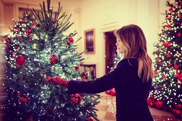 Παραμυθένιες εικόνες: Η Μελάνια μάς ξεναγεί στον στολισμένο Λευκό Οίκο - εικόνα 2