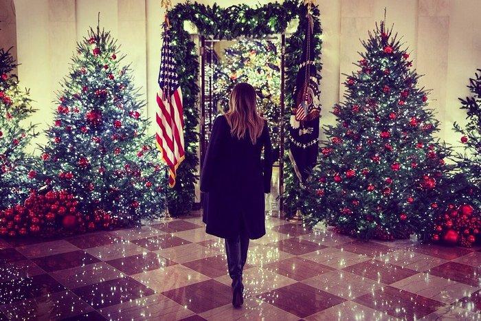 Παραμυθένιες εικόνες: Η Μελάνια μάς ξεναγεί στον στολισμένο Λευκό Οίκο - εικόνα 3