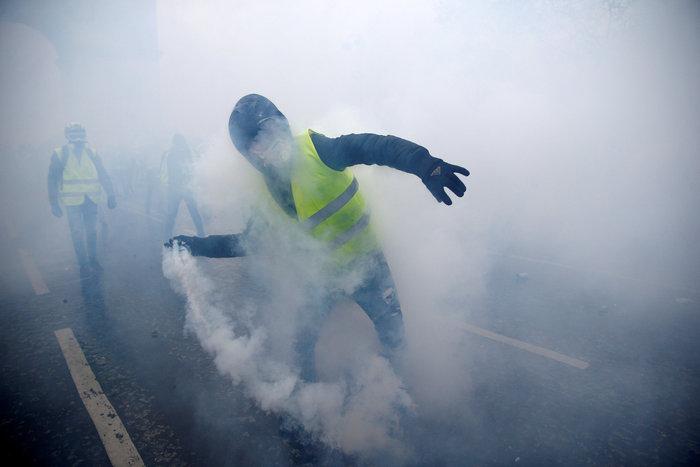 """""""Κίτρινα γιλέκα"""": Πεδίο μάχης το Παρίσι - Ένταση & συγκρούσεις - εικόνα 2"""