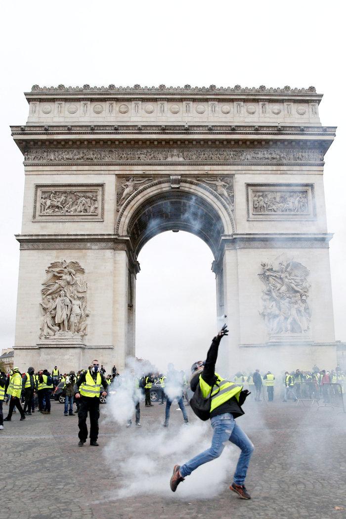 """""""Κίτρινα γιλέκα"""": Πεδίο μάχης το Παρίσι - Ένταση & συγκρούσεις - εικόνα 4"""