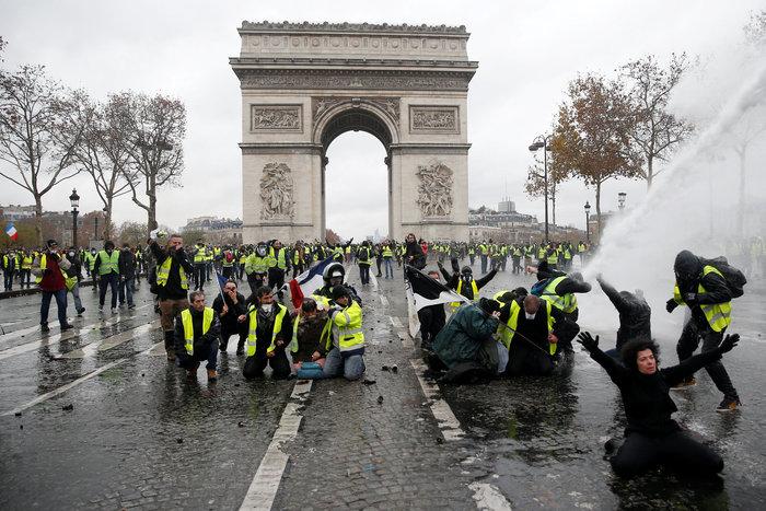 """""""Κίτρινα γιλέκα"""": Πεδίο μάχης το Παρίσι - Ένταση & συγκρούσεις - εικόνα 7"""