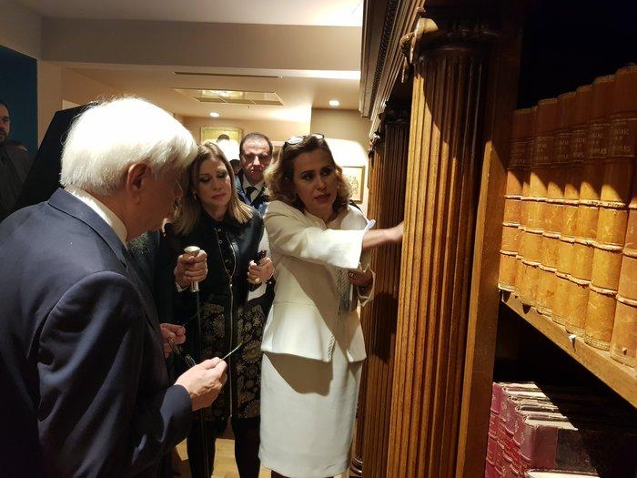 Η πρόεδρος της ΕΣΗΕΑ, Μαρία Αντωνιάδου, ξεναγεί στη βιβλιοθήκη της ΕΣΗΕΑ, Δημήτρης Ι. Πουρνάρας, τον Πρόεδρο της Δημοκρατίας, Προκόπη Παυλόπουλο