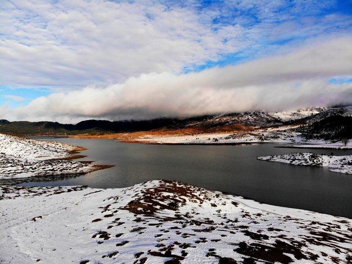 Η Λίμνη Πηγών Αώου είναι το δημιούργημα του ανθρώπου-δώρο στη φύση και αποτελεί το απόλυτο αξιοθέατο στο δρόμο προς τη Βωβούσα