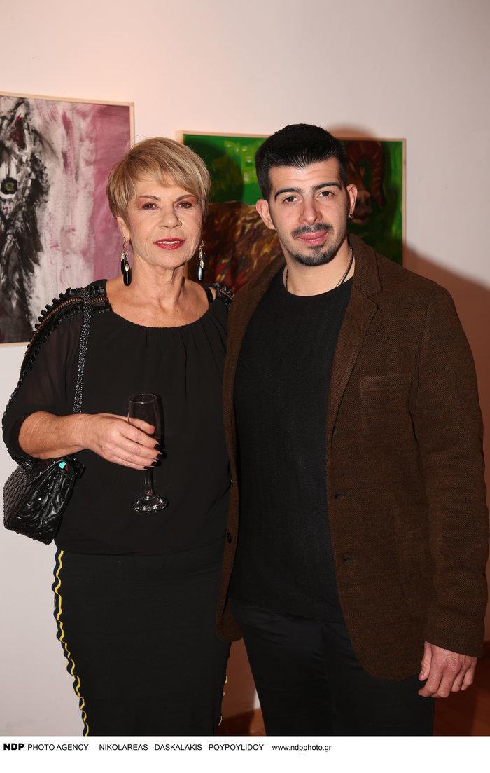 Η Κατερίνα Παπαδοπούλου με τον γιο της Άγγελο στην πρώτη του ατομική έκθεση