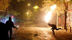 Άνδρας των ΜΑΤ χτυπάει με την ασπίδα δεμένο διαδηλωτή στο πρόσωπο