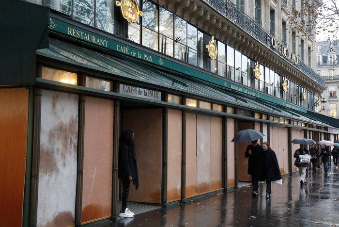 Το Παρίσι κατέβασε «ρολά»-Πρώτες συγκρούσεις κοντά στα Ηλύσια - εικόνα 5