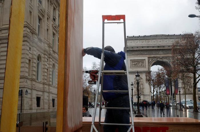 Το Παρίσι κατέβασε «ρολά»-Πρώτες συγκρούσεις κοντά στα Ηλύσια - εικόνα 4