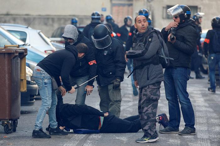 Το Παρίσι κατέβασε «ρολά»-Πρώτες συγκρούσεις κοντά στα Ηλύσια - εικόνα 6