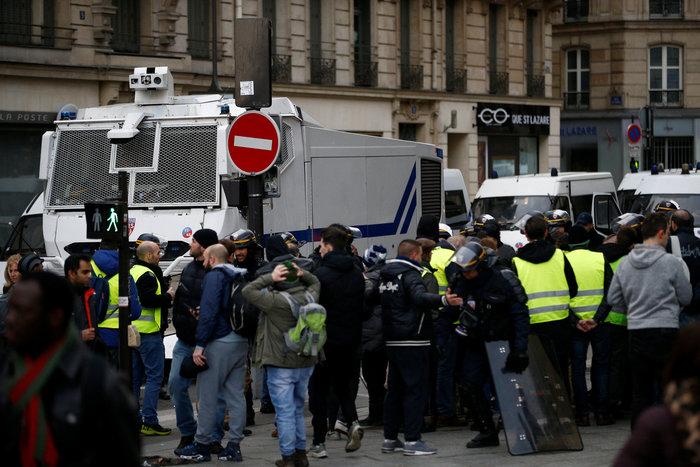 Το Παρίσι κατέβασε «ρολά»-Πρώτες συγκρούσεις κοντά στα Ηλύσια - εικόνα 7