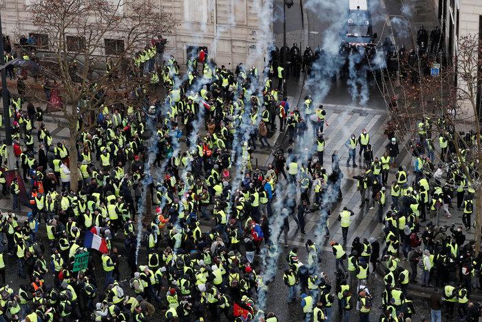 Το Παρίσι κατέβασε «ρολά»-Πρώτες συγκρούσεις κοντά στα Ηλύσια