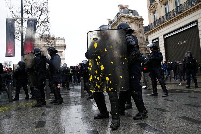 Το Παρίσι κατέβασε «ρολά»-Πρώτες συγκρούσεις κοντά στα Ηλύσια - εικόνα 12