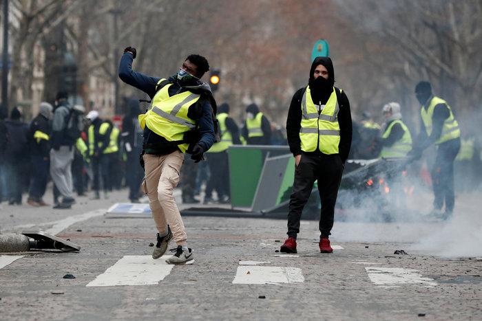 """Φωτιές, δακρυγόνα & πλαστικές σφαίρες για τα """"κίτρινα γιλέκα"""" - εικόνα 2"""