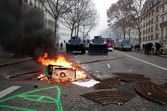 """Φωτιές, δακρυγόνα & πλαστικές σφαίρες για τα """"κίτρινα γιλέκα"""" - εικόνα 3"""
